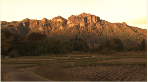 夕日に照らされた岩櫃城跡