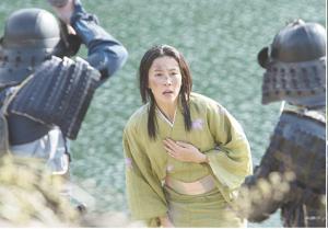 琵琶湖の畔で、明智兵に追い詰められる松