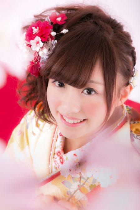 桜の開花状況をみるかわいい女子